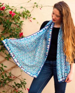 Pañuelo seda natural largo con geometrías azules
