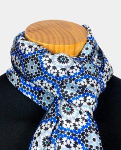 fular seda cuello azul con estampado geométrico