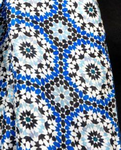 estampado geométrico azul y gris de pañuelo de seda