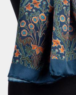 detalle de foulard de seda con flores