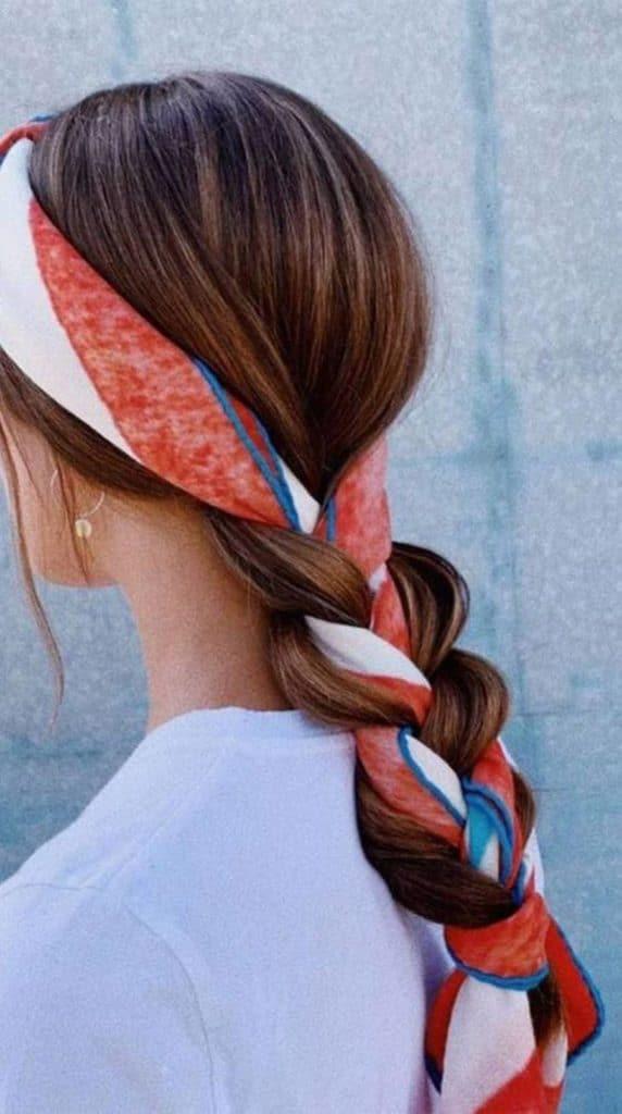 Pañuelos de seda, el complemento de moda para invitadas de boda