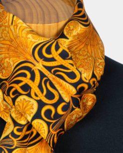 Detalle fular de seda dorado para el cuello