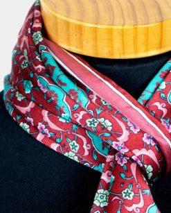 Detalle de foulard rojo de seda para el cuello