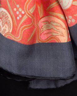 Parte de atrás de fular rojo