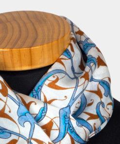 Pañuelo de seda blanco, azul y marrón para el cuello