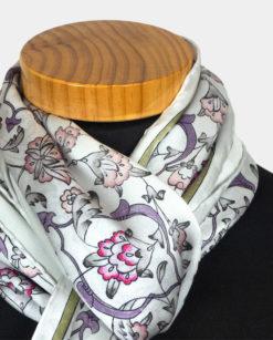 Detalle pañuelo de seda para el cuello con estampado floral