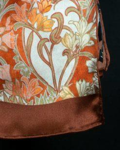 pañuelo con estampado de flores y cosido a mano