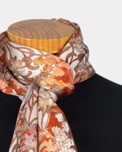detalle de pañuelo de seda para el cuello con estampado de flores